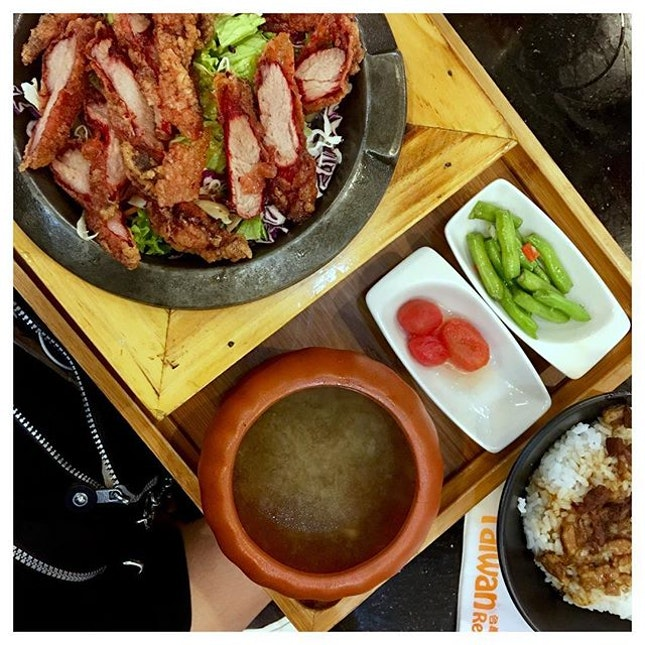 Crispy Red Glutinous Wine Pork 🐷 This rice set saved us from hunger since we queued up in Malaysia immigration for more than 2 hours!