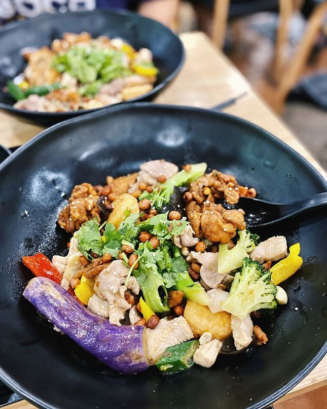 I definitely do miss the advantage & convenience of just picking my own ingredients at a quantity that satisfies me - both meat & vegetables and have someone to just stir fry it; different level of Sichuan spice style or Unique Platter style •  Hotpot Kitchen allows an indulgence in antibiotic, hormones and pesticides free ingredients to be cooked together for an aromatic wholesome one bowl meal to feast or to be shared •  Fuss free and simple yet tasty.