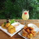Chill in the afternoon with some seafood and tea mocktail.