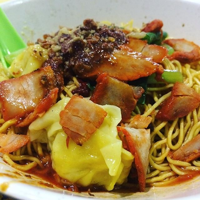 Wanton mee cravings right now 😭🍜 missing this springy wanton mee tossed in tasty sauce of sweet chilli, fried shallots, lard and garlic!