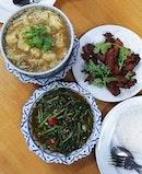 Thai food fix at our usual spot 😍😋 Fish Maw Soup x Sambal Kang Kong x Fried Garlic Chicken for a simple yet satisfying meal 😊  #aroi  白天的複習進度為零,晚上才能做事真的很可怕。這幾天都有點日夜顛倒。多虧了家教,和一些早已安排好的行程。生活怎麼說還是亂中有序的~ 將覓食化為複習動力也是不錯滴,要消化好幾個文本換一頓好吃的。這個方法對於吃貨來說真的很有效🤣🤭 #泡在方塊裡的小確幸