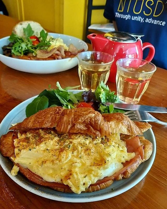 Long weekend's brunch situation 🌸 長週末不能少了早午餐行程呀!😍 #brunch #croissant  期待週四的派對和來臨的假期,這些都是我這陣子忙碌的動力呀😍 人活著總要為自己而活,自己活得開心才能把這些力量帶給別人。總是為別人而活的人看起來是很偉大但也會心累也會崩潰。為自己而活,為他人付出自己力所能及的。不貪心,這樣就好了🌸🙏🏻