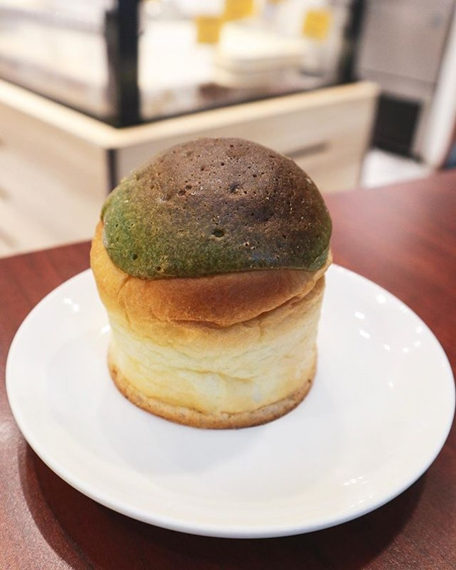 Quite an unexpected discovery to find Matcha Red Bean pastry in this bakery 😊 For just $2, it's quite good especially when it's still warm.