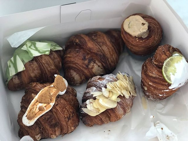 •Sea Of Mochi Croissants• 🥐🥐🍡😋💯👍🏻‼️ 6 Type Of Croissants: 1) Original Mochi Croissant ($3)  2) Matcha White Chocolate (glazed) Mochi Croissant 🍵 ($4) 3) Kinder Bueno w almond (filled) Mochi Croissant 🍫🌰 ($5)  4) Osmanthus Oolong Mochi Cruffin ($5) 5) Samoa S'mores (filled) Mochi Croissant ($4)  6) Key Lime Meringue Cheesecake Mochi Cruffin 🍋🍰 ($4)  Ratings: 8.5/10 Comments: unique creation of Croissant with a twist, Mochi filled Croissant with different flavours designed to it!