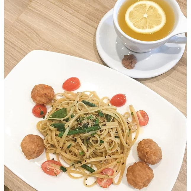 Affordable oozy chicken cheese meatball aglio olio lunch at $14.90 with a drink of choice.