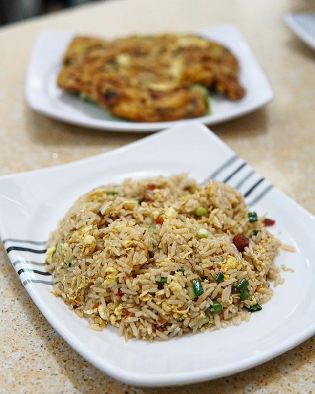 Yang Chow Friedrice  This stall goes by the name 'Yang Chow friedrice' so surely their friedrice is a Must!