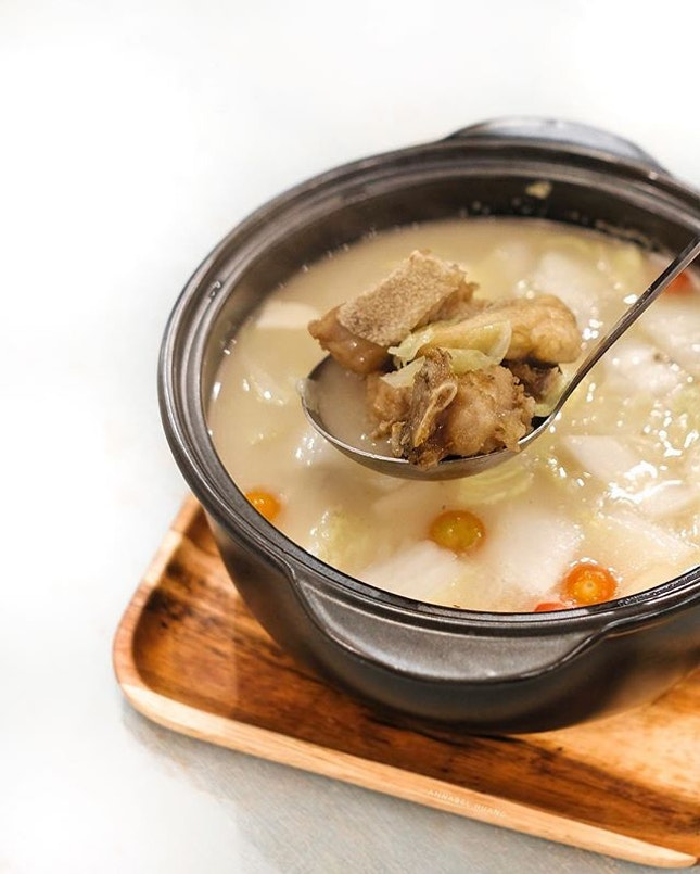 Using cooking method similar to the 50s, the Signature Old Fifty Collagen Broth, Ocean Catch (S$40/58) is simmered with with chicken, pork, duck and fish skin over charcoal for over 10 hours, giving it a flavourful and rich taste.