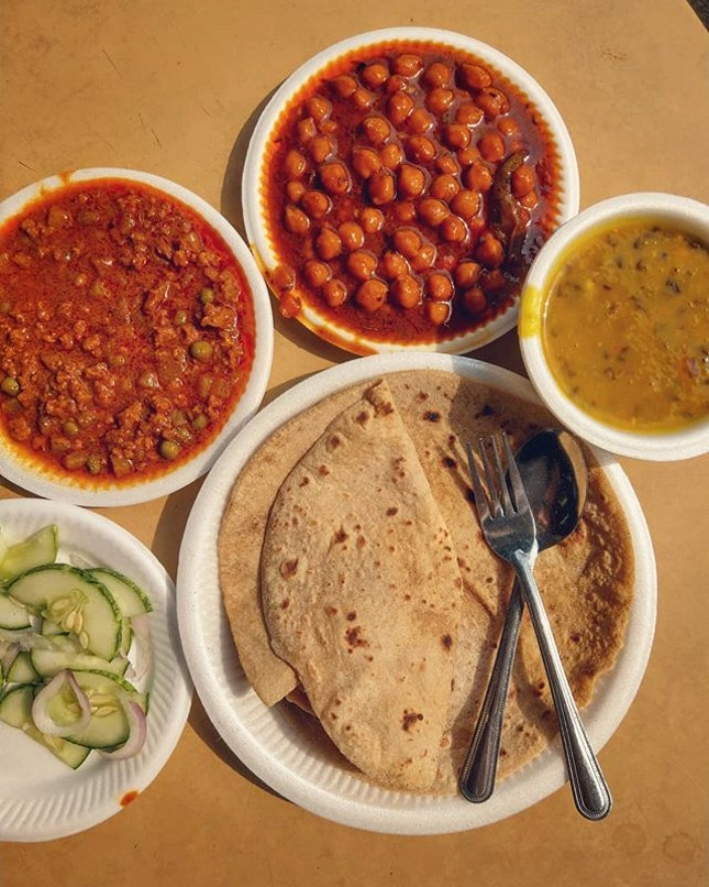 Celebrate this festive season with some colourful curries🎅🎄 (Photo: Chapati with keema curry, channa masala and mix dal)  #chapati #keema #chanamasala #dal #jdkungfoodhunt #burpple