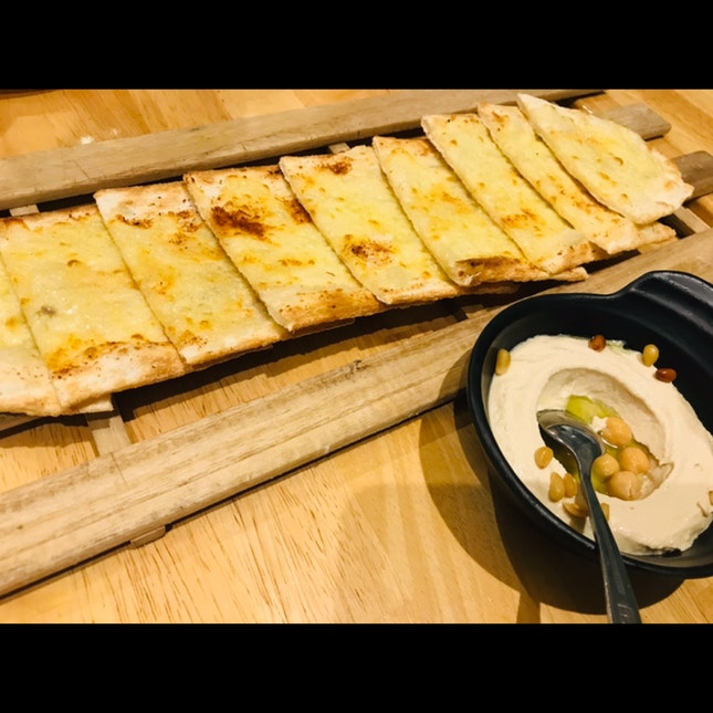 Garlic Pita With Hummus