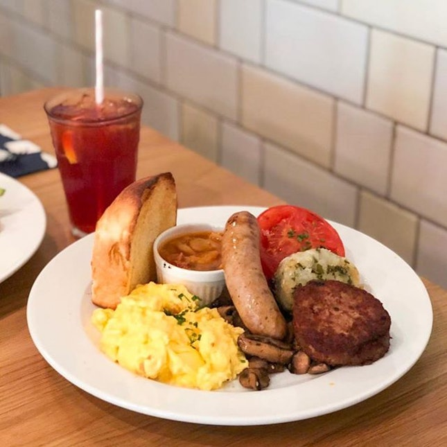 @ Wild Honey Sunday brunch🌞 Portion big enough to feed 3 of me 🙂 - 🍽 FUD FOR THE TUMMY • English ($25) • Wild Ice Tea ($8)