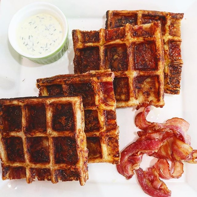 How could anyone resist this mouth-watering Cheddar Cheese Bacon Waffles 🧀🥓!