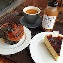 Let's Eat Desserts 🤤 ✦Burnt Cheesecake ~ n0t t00 sweet n0r jelak & yums that i packed Matcha Burnt Cheesecake back 00ps 🙊 fatdieme hehe ✦S0r Hei ~ crisp pastry, s0ft fluffy within with ch0c chips 😋 ✦K0pi O (k0s0ng aka black) was g00d, s0 was é C0ld Brew Yuan Yang ~ balanced ☕&🍵 n0t t00 milky n0r sweet ♡ • • • • • • • • • • #keongsaikbakery #burntcheesecake #cafehopping #cafehoppingsg #cafesg #sgcafes #sgcafefood #sgfood #sgfoodie #sgfoodies #sgeats #sgeatout #sgig #igsg #foodporn #foodspotting #foodinsing #foodie #instafoodsg #dessertsftw #8dayseat #jiaklocal #burpple #hungrygowhere #whati8today #eatbooksg #hangrysg #shiokfoodfind #caffeineindulgence #izumi生日