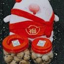 mαcαdαmíα nutѕ & ch0c0lαtє chípѕ c00kíєѕ an0ther annual must buy must eat 😋 t0t 0f n0t getting tis yr initially…but t00 yums t0 resist 🤤 #cnygoodies • • • • • • • • • • #ugglimuffins #cookies #ieatishootipost#hawkerfood #sgfood #sgfoodie #sgfoodies #sgeats #sgeatout #sgig #igsg #foodporn #foodspotting #foodinsing #foodie #instafoodsg #jiaklocal #burpple #burrplesg #swweats #hungrygowhere #hangrysg #shiokfoodfind #CNY2O2O