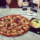 #pizza #marzano @jessicajaputri @jesslynsetio @omega_liem devinia vanie #pizza #quattro #carni #romana #garlic #bread #western #food #instaphoto #instafood #culinary #delicious