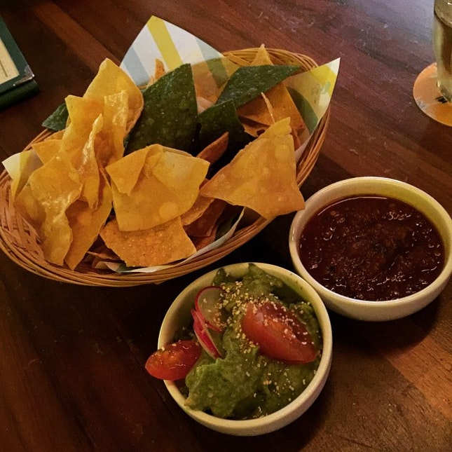 Starting off the party with some Totopos con Salsa Roja o Guacamole Los Dos ( Fresh Corn Chips with Roasted tomato salsa & guacamole) #burpple #superloco #mexican #nachos