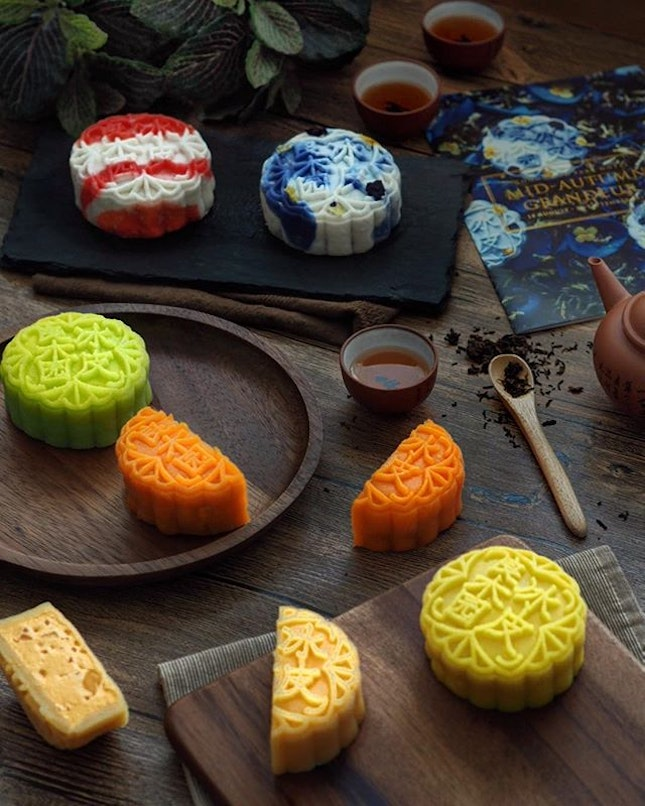 [Goodwood Park Hotel] - To celebrate this coming Mid-Autumn season, @goodwoodparkhotelsg unveils its exquisite snowskin mooncake collection, of which the brand new Blue Pea Flower with White Lotus Seed Paste and Melon Seeds ($64/4pcs ; $42/2pcs), and the Almond Beancurdwith Longan ($56/4pcs ; $36/2pcs) are gorgeously hued in colours of deep blue, as well as red and brushstrokes of white, which is a fitting tribute to the nation's birthday on 9 Aug.