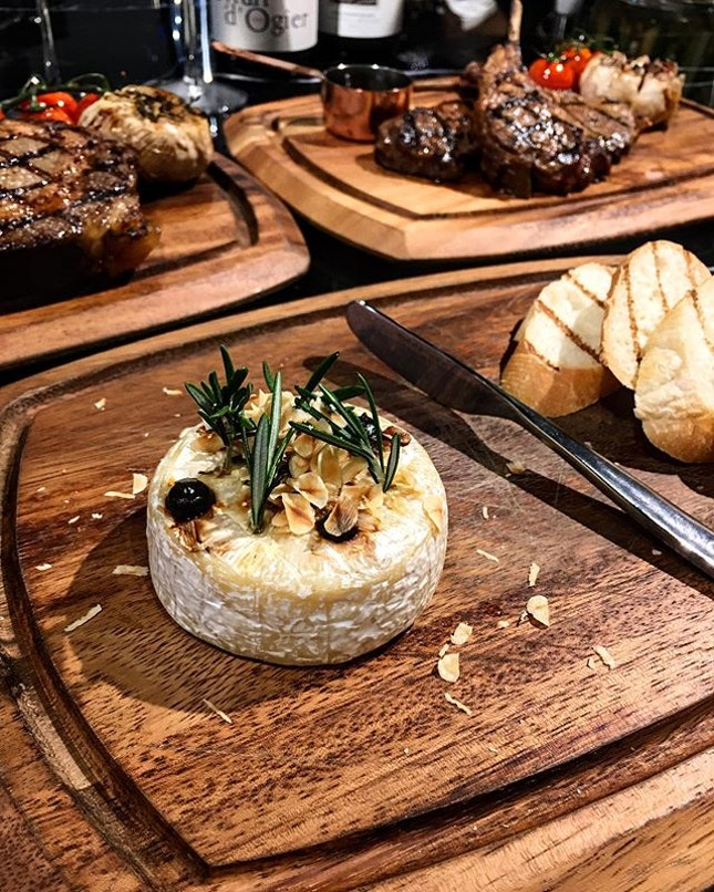 [Black Marble] - Baked Brie Cheese ($16) suits any occasions, be it as an appetiser, as a wine accompaniment if you are just here for a couple of wines, or even as a dessert.