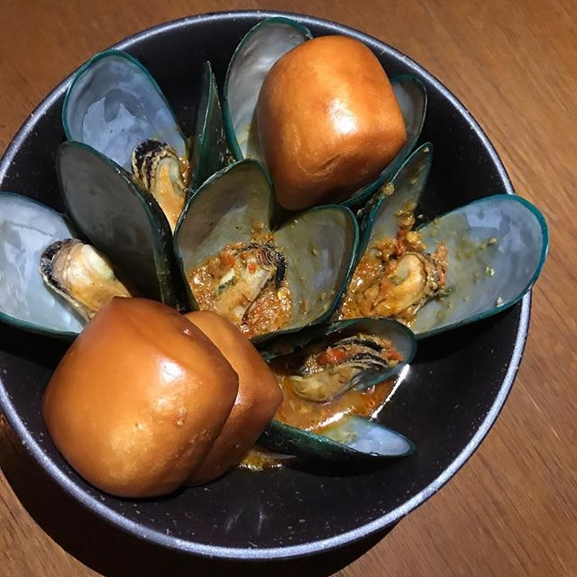 Curry Mussels With Mantou ($16)