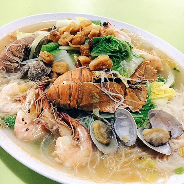 Following the recent hype over seafood (lobster, crayfish, crab, prawn, lala) noodles and such, this white beehoon would be our recommendation for the value-for-money choice.