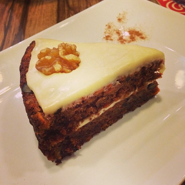 Banana cake #banana #cake #dessert #dessertporn #instacake #vanilla #icing #walnut #cinnamon #powder #instatag #instadaily #instaphoto #charlyts