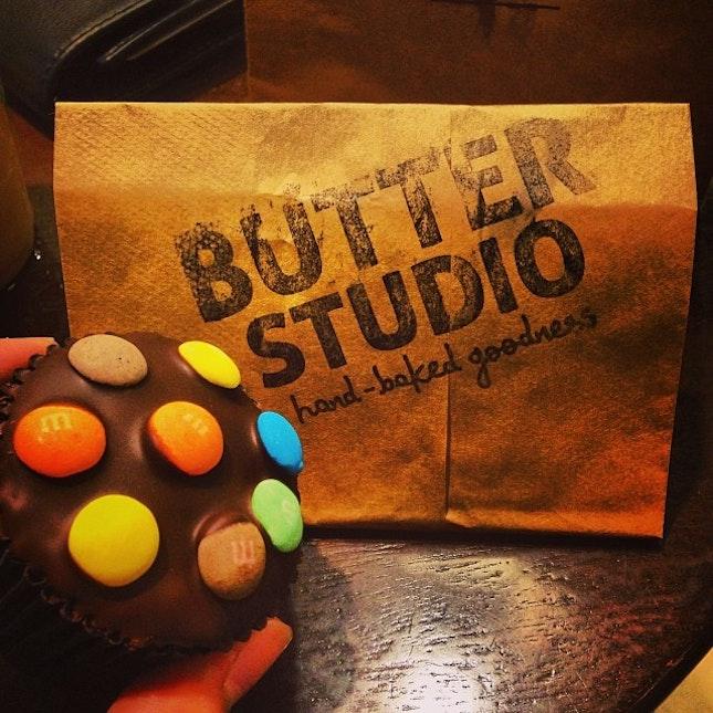 Butter Studio Cupcake #butter #studio #cupcake #mnm #choco #chocolate #chips #cup #cake #instapic #instatag #instafood #instalike #igsg #sgig #igfame #food #foodpic #foodporn #sweet #tooth #sugar #rush #singapore #latepost