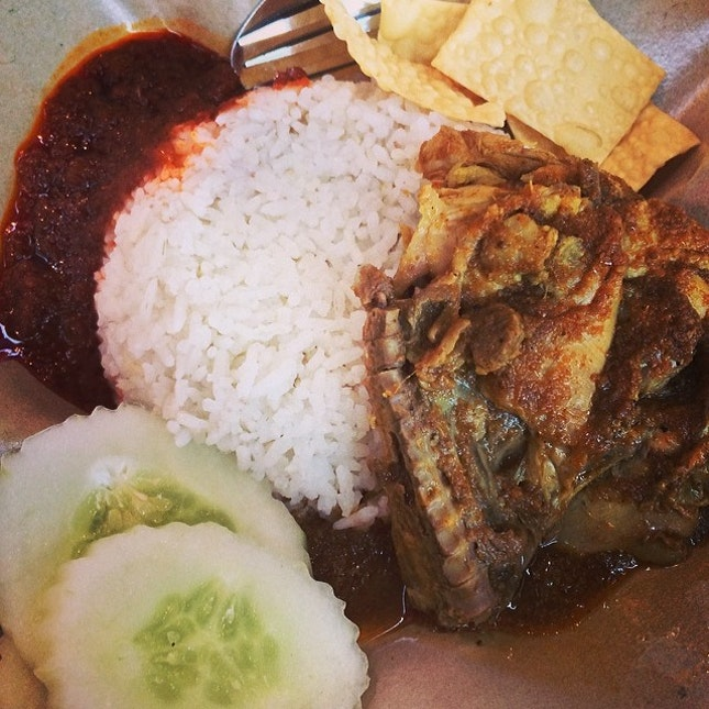 Rendang Chicken Rice #rendang#chicken#rice#sambal#cucumber#crackers#malaysia#local#cuisine#instafood#foodporn#foodpic#instawow#instalike#instadaily#potd#photoadayferbruary#igfame .