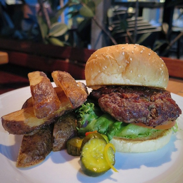 The Pelican Burger, a pretty good size burger with a quarter pound of beefy meat.