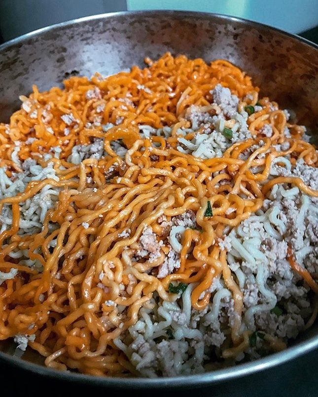 When you couldn't decide if you want plain kolo mee or red-tinged kolo mee, you buy both and mix them together.