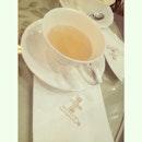 ☕️ night time break 😊#whitagram #bedofroses #rose #marigold #tea #rest #singapore