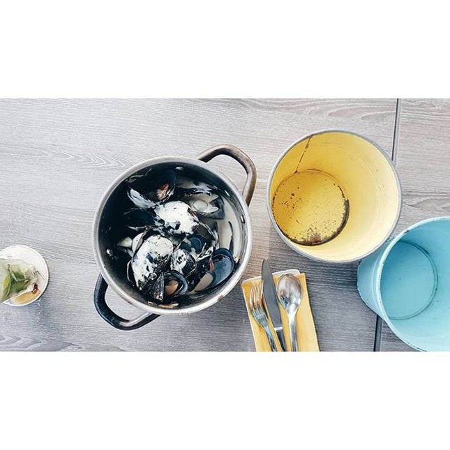 / 1 0 - 0 4 - 2 0 1 6 /  Heavily creamed blue cheese mussels, I could really get drunk with this creamy soup!!